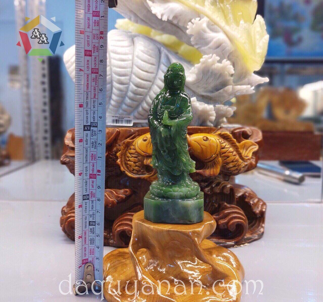 Phật Bà Quan Âm Được làm từ chất liệu ngọc bích tự nhiên